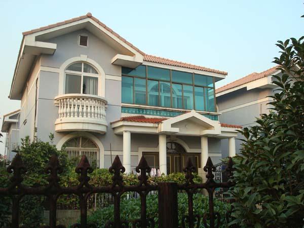 这就是华西村的农民别墅,奢华媲美皇宫。华西村,位于江苏省江阴市华士镇,1996年被农业部评定为全国大型一档乡镇企业,全村共有380户,1520人,面积0.96平方公里。2010年夏,华西村花费9000万从美国购买直升机,发展空中旅游。走进南方这个豪华的村庄,说实话,更多的是惊诧和感慨。