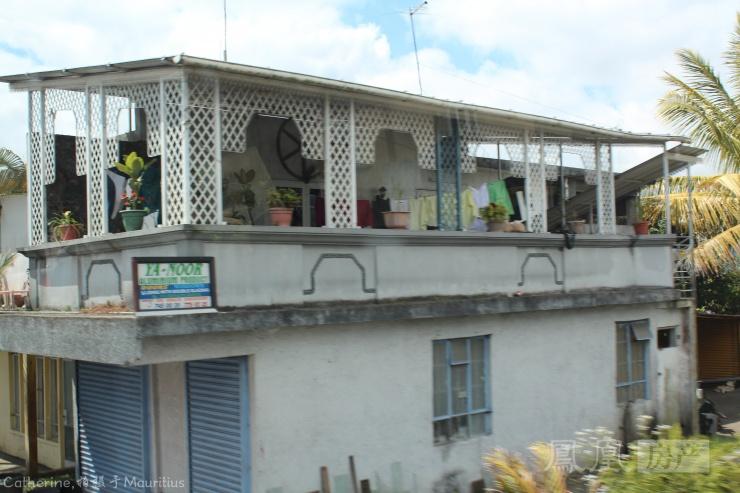 实拍非洲的农村房和别墅 电线杆还是木头的