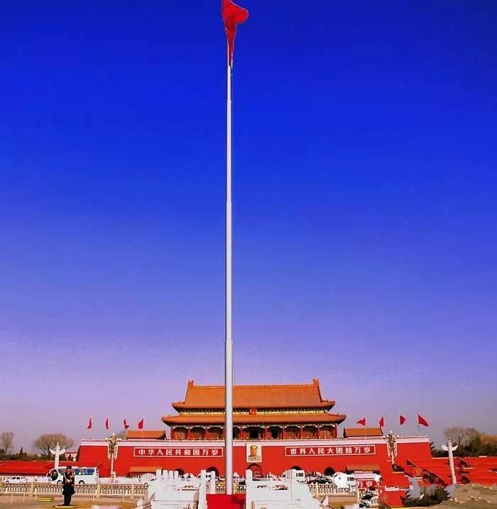 过去皇帝祭陵,平均下来顶多也就一个月去一次。如今天安门广场,天天都要举行升旗仪式,天天都在给毛主席烧