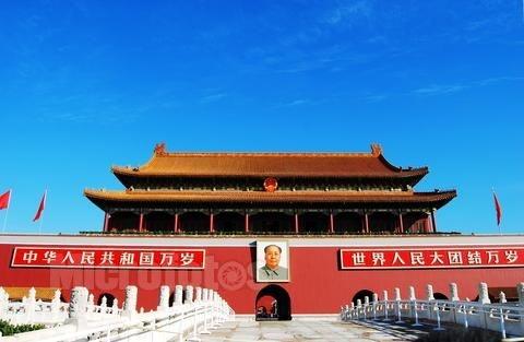 大家看纪念碑前面的这个旗杆,像不像给毛主席烧的香啊。以前供奉死去的皇帝一般都烧三炷香,毛主席虽然当上