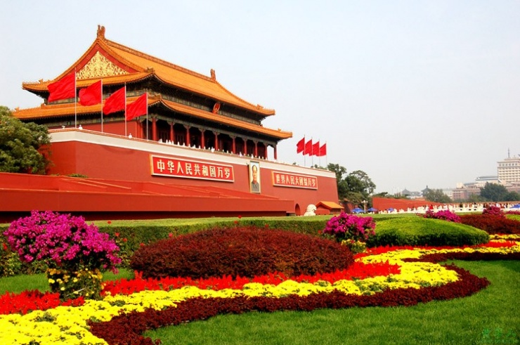 辛亥革命的领导人:孙中山先生,是在他死后才归葬南京中山陵的。而毛主席呢,死后却葬在了天安门广场。