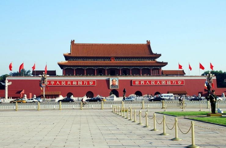 大家到北京,都愿意和天安门一起照张相。天安门广场不仅是新中国的象征,同时它也是新中国的一组风水建筑,