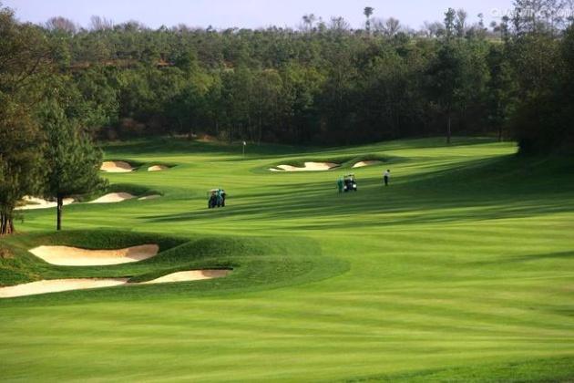高尔夫球场隐身体育公园违规引民怨