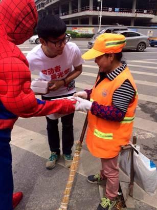 超级英雄穿越长沙 街头送礼致敬劳动者 --凤凰