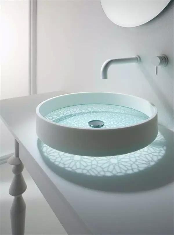 最具设计感的洗手盆 透明的底部,带着纹理的图案,可以投射在台面上.