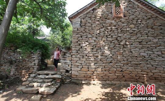 图为石头房,石头院墙,村民居住在独特的民居里十分惬意. 廖涛 摄
