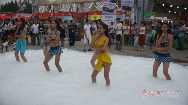 青岛啤酒节泡沫湿身派对比基尼美女泡沫中热舞