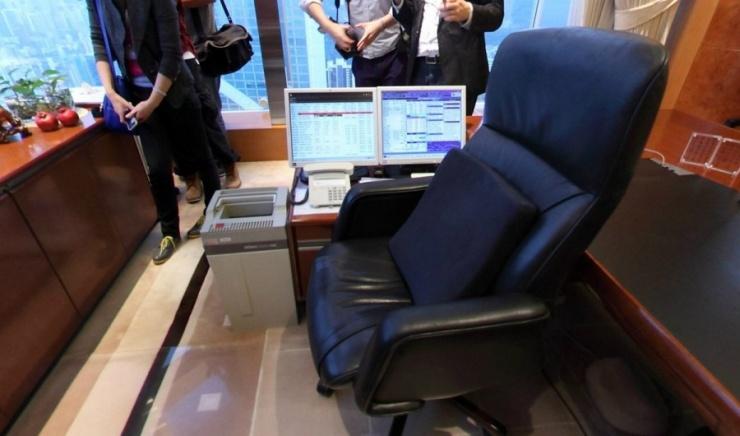 李嘉诚的办公室里放着一台布隆伯格终端机,实时显示自己公司的股价。