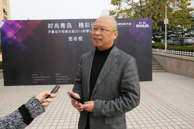 (图为李耿老师正在接受凤凰房产记者的采访) 我是北京人,但是我十分喜欢青岛的海,以至于我十分喜欢青岛。与青岛结缘,源于我做的一本杂志《精品家居》。 《精品家居》已走过十六个春夏秋冬,每年都会评选出Best 100中国最佳设计,目的是通过活动推出好的设计作品、好的设计师,引起社会的广泛关注,所以我们会全国各地的奔走,寻找中国好设计。