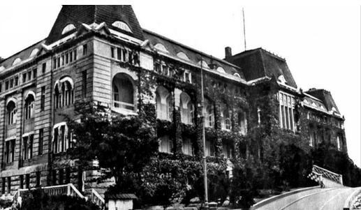 青岛火车站,大港车站,四方火车站,沧口火车站等多处重要历史建筑遗存.