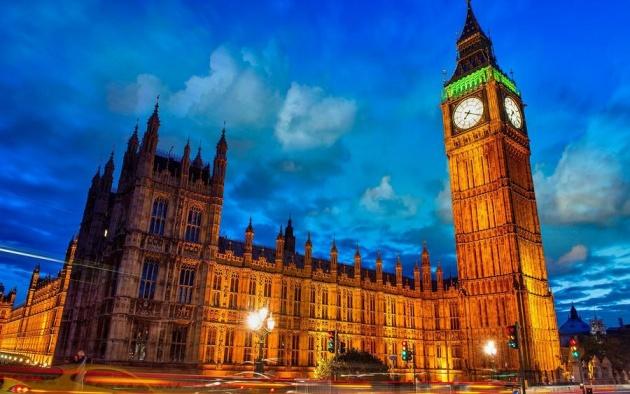 英国伦敦的地标式建筑伊丽莎白塔将在2017年初迎来为期3年的维护期。届时,塔顶的大本钟也将停摆数月。 法新社27日报道称,为防止157岁高龄的大本钟出现严重机械故障,英国当局此前拨款2900万英镑(约合2.7亿元人民币)对伊丽莎白塔进行全面维护。工作人员将对大本钟的机械零件进行检修、对腐蚀垢进行清理,并对墙体上的裂痕进行填补。 英国议会下院的一名发言人称,大本钟本身的机械维修需耗时数月,这意味着伦敦人在这段期间无法听到它打钟报时。有媒体打趣称,大本钟的沉默会让习惯了听它