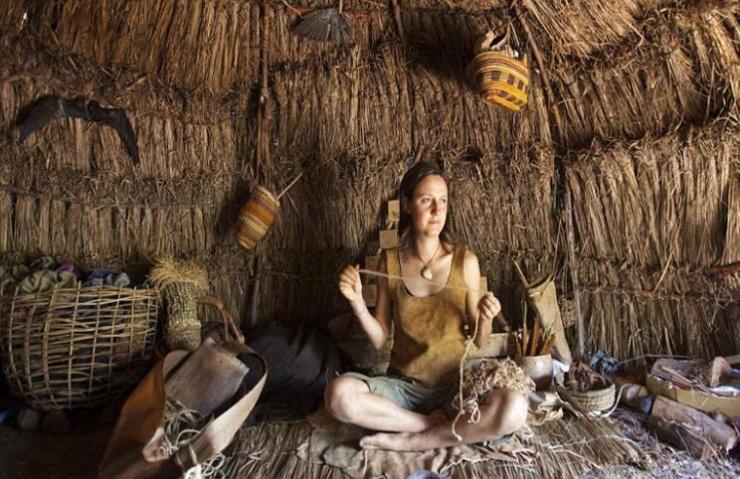 女子在山林里生活的片段。(在这里生活要克服困难,比如没有沐浴露,洗发水等生活用品,她要学会抓一些野生
