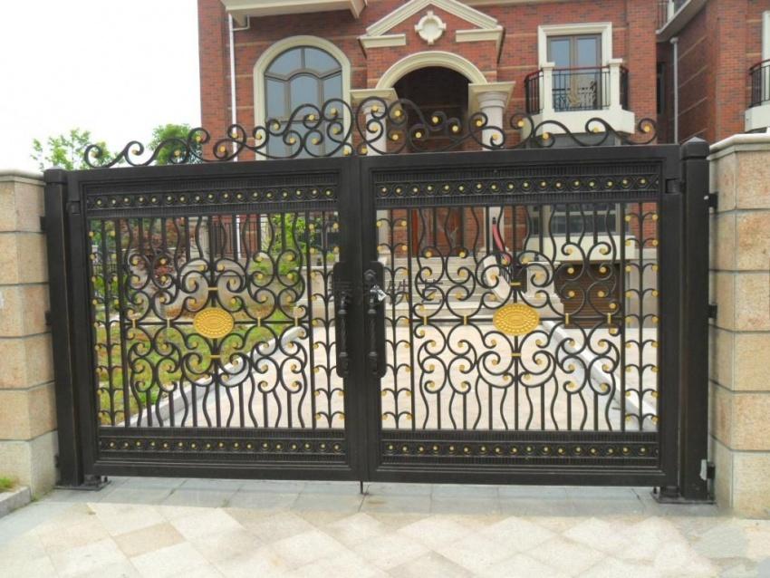 一、忌门柱弯曲 在家居建筑上,人们通常会把大门建设在围墙的出入口处,为住宅与外界联络的主要关联点。从前大门与围墙是该家主人身份和地位的象征,因此,门柱若发生倾斜或弯曲,将损及该家主人的威严。而从风水学的角度来说,门柱不直必然会有碍观瞻,有损居住者的尊严,间接会造成居住者的心理不快。心理不快,精神自然会随之恍惚,待人处事难免出现问题,同时在家庭成员的运势气场方面也会带来许多的不利影响。 二、大门不宜直对窗户 若大门直对窗户,轻易导致内气外泄、财帛难聚、家庭反面,还轻易呈现前通后通,人财两空的名堂。可在大