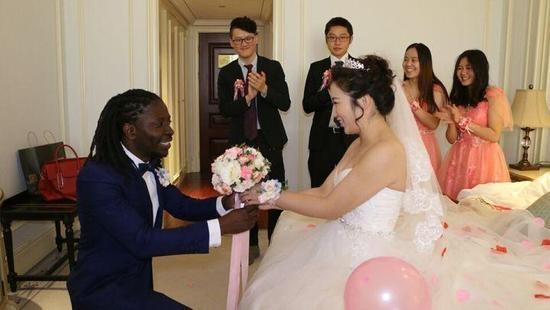 他想学中文,她又正好想学英文,来自不同国家的这两个人,认识的时机刚刚好,他们渐渐互生好感,慢慢了解、