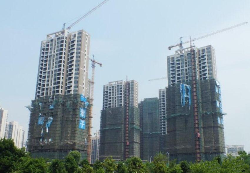 起步晚了60年 技术水平追赶快 欧洲建筑工业化发展至今也已有60多年的历史,已实现装配式可持续绿色智能建筑和通过工业化建造方式使成本远低于传统建筑的装配式技术。 我国内较早引入的、较为熟知的是日本建筑工业化体系。建筑工业化真正从政策层面在国内开始全面推进,还是在16年前。 1999年,《关于推进住宅产业现代化提高住宅质量的若干意见》正式出台,建筑工业化和标准化生产体系开始初步形成。而后,随着《国家住宅产业化基地试行办法》、《关于加快推动我国绿色建筑发展的实施意见》、《关于推进新型城镇化建设的若干意见》等