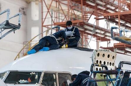 太古飞机工作人员在进行飞机蒙皮结构修理