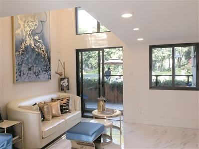 5米层高来增加房间数外,长方形设计将厨房,卫生间等设置在入户走廊
