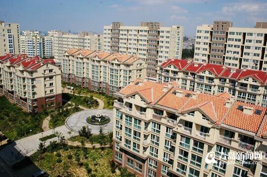 康居公寓保障性住房项目(主片区)。 【编者按】安居乐业是社会和谐的基础,住房问题是民生的基本问题之一。20年来,青岛城镇住房制度改革深入推进,住房保障和供应体系逐步完善,住房建设步伐加快,住房消费有效启动,居民住房条件有了较大改善。青岛城市居民人均住房面积从1998年末居住面积13.42平方米,至2017年末城市居民人均住房建筑面积增加到32.7平方米,居住条件、居住质量明显改善。青岛市的住房制度改革和住房保障体系建设经历了一个不断探索、发展和完善的时期。